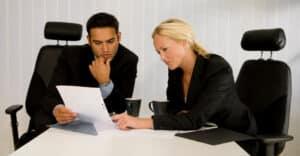 Für Geschäftsführer und Manager lohnt sich die Überlegung, eine Anstellungsvertrag-Rechtsschutz-Versicherung abzuschließen.