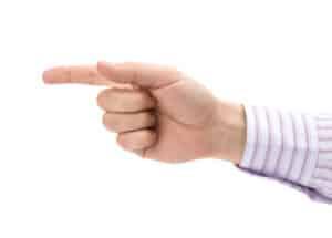 Wird ein Dienstvertrag in Form eines Arbeitsvertrages unterschrieben, ist der Arbeitnehmer weisungsgebunden.