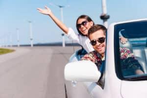 Neben der regulären Vergütung kann der Arbeitgeber auch Gratifikationen wie Urlaubsgeld gewähren.