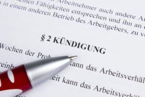Laut Arbeitsrecht ist bei der Kündigung das Kündigungsschutzgesetz zu berücksichtigen, wenn der Betrieb mindestens 11 Mitarbeiter beschäftigt.