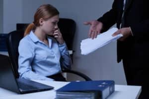 Der Kündigung vom Arbeitsvertrag sind gesetzlich Grenzen gesetzt. In der Regel ist eine Kündigungsfrist einzuhalten.