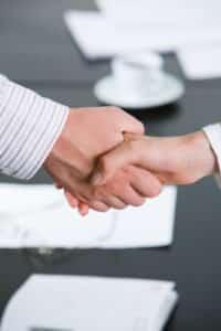 Was sind Tarifverträge? Arbeitgeber und Arbeitnehmer einigen sich auf bestimmte Regelungen für Branchen und bestimmte Regionen.