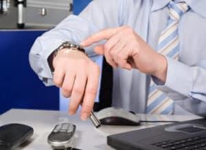 Über die konkrete Arbeitszeit einigen sich Arbeitgeber und Arbeitnehmer im Arbeitsvertrag.