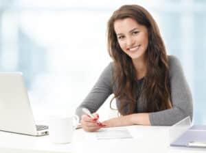 Arbeitszeugnis selber schreiben? Manche Arbeitgeber sind froh  darüber, wenn ihnen die Arbeit abgenommen wird.