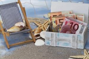 Arbeitsrecht in Erfurt: Ein Anwalt klärt auch, ob die Zahlung vom Urlaubsgeld einfach ausgesetzt werden darf.