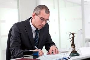 Ein Rechtsanwalt für Arbeitsrecht berät Sie und steht Ihnen mit Rat und Tat zur Seite.