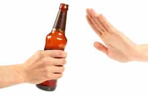 Alkohol am Arbeitsplatz kann geduldet werden, muss aber nicht. In manchen Unternehmen herrscht ein Alkoholverbot.