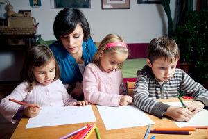 Mit einem Teilzeitjob haben Sie mehr Zeit, um Ihre Kinder bei Hausaufgaben zu unterstützen.