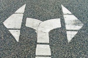 Kein Wegeunfall beim Umweg: Schadensereignisse auf Abwegen sind nicht Teil des arbeitsrechtlichen Unfallschutzes.
