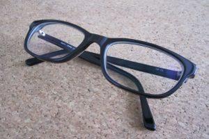 Nach einem Arbeitsunfall werden beschädigte Hilfsmittel, z. B. Brillen, ersetzt.