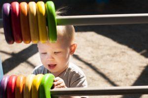 Verletzt sich ein Kleinkind im Kindergarten, liegt versicherungsrechtlich ein Arbeitsunfall vor.
