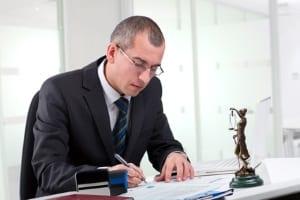 Wenden Sie sich bei Unsicherheiten zu Ihrem Ehrenamtsvertrag an einen Anwalt.