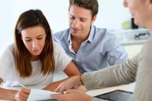 Bevor Sie einen Ehrenamtsvertrag unterschreiben, sollten Sie ihn sich genau durchlesen.