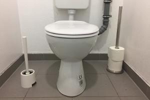 Es stellt sich die Frage: Ist der Toilettengang versichert?