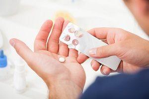 1 Tag krank: Ohne eine Krankmeldung beim Arbeitgeber droht eine Abmahnung.