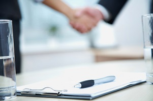 Die Bitte um einen Aufhebungsvertrag sollte schriftlich an den Chef gestellt werden.