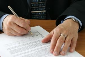 Das Arbeitszeugnis, das dem Aufhebungsvertrag beiliegt, muss wohlwollend formuliert sein.