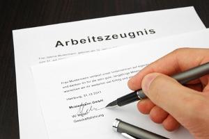 Im Aufhebungsvertrag durch den Arbeitnehmer kann ein Arbeitszeugnis gefordert werden.