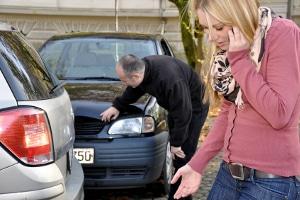 Dem Arbeitsunfall kann Schmerzensgeld folgen, wenn bei einem Wegeunfall die andere Person Schuld hat.