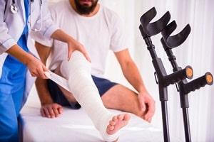 Wie erfolgt nach einem Arbeitsunfall der Transport zum Arzt? Dies kommt auf die Schwere der Verletzung an.