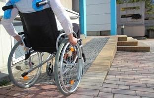 Die Berufsgenossenschaft muss bei einem Unfall Hilfen wie z.B. einen Rollstuhl bereitstellen.