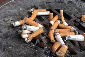 Bei einem Arbeitsunfall in der Raucherpause sind Sie nicht versichert.