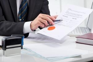 Ausschlussfrist im TVöD (Tarifvertrag für den öffentlichen Dienst): Auch Verträge dieser Art besitzen solche Klauseln.