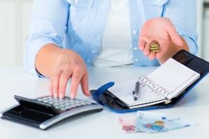 Bekommt ein Praktikant keinen Mindestlohn, kann dies zu finanziellen Engpässen führen.