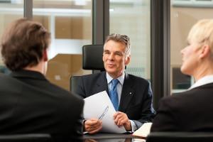 Durch ein Zwischenzeugnis die eigene Arbeit bewerten lassen: Viele Chefs kommen diesem Wunsch nach.