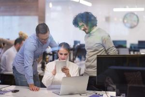 Eine Kur rechtfertigt meist Lohnfortzahlung durch Arbeitgeber als Erstattung.