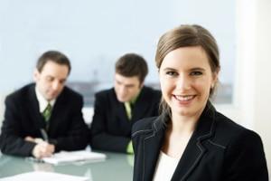 Arbeitgeberverbände und Gewerkschaften handeln den Tariflohn für ihre Branche aus.