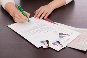 Eine aussagekräfte Bewerbung schaffen: Um einen Arbeitsplatz zu bekommen, sollten Bewerber ihre Stärken gezielt ins Schreiben einbringen.