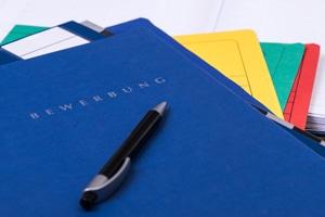 Vollständige Bewerbungsunterlagen: Lebenslauf und Anschreiben sollten immer enthalten sein.