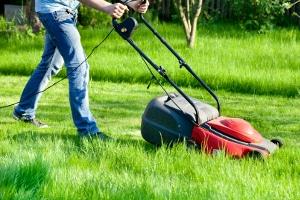 Gartenarbeit gilt als geeigneter Ferienjob für Kinder ab 14 Jahren.