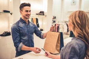 Ein beliebter Ferienjob mit 15 ist das Arbeiten in einem Bekleidungsgeschäft.