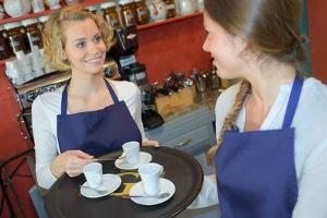Das Kellnern ist ein beliebter Nebenjob für Schüler ab 16 Jahren.
