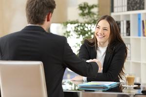 Bewerbungsgespräch: Mit einigen Tipps fällt ein Vorstellungsgespräch gleich viel leichter.