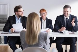 Vorstellungsgespräch: Der Ablauf von Bewerbungsgesprächen gestaltet sich häufig ähnlich.