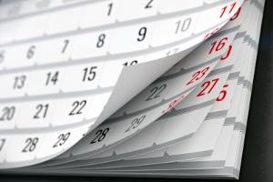 Verlängerung/Beendigung: Ein befristetes Arbeitsverhältnis endet entweder nach einer Frist oder wird verlängert.