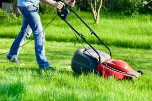 Nachbarschaftshilfe oder Schwarzarbeit? Für Familienangehörige oder Nachbarn eine Tätigkeit zu verrichten, gilt in der Regel nicht als Schwarzarbeit.