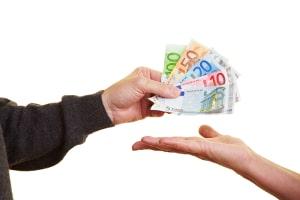 Ein Vorteil der Schwarzarbeit ist, dass die Bezahlung hier in bar und sofort nach Verrichtung der Tätigkeit erfolgt.