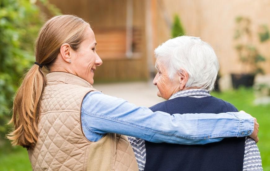 Möglich ist eine Freistellung bei Krankheit naher Angehöriger - wenn die Pflege während der Arbeitszeit notwendig ist.