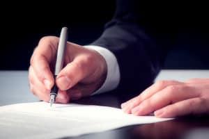 Was muss in den Vertrag? Ein freier Mitarbeiter muss einige Besonderheiten beachten.