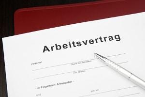 Arbeitsrecht: Wann eine Krankmeldung bei Teilzeit abgegeben werden muss, ist normalerweise im Arbeitsvertrag festgehalten.