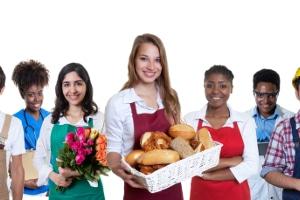 Für Erwachsene gilt das Arbeitsschutzgesetz, das Jugendarbeitsschutzgesetz hingegen richtet sich an Heranwachsende unter 18 Jahren.