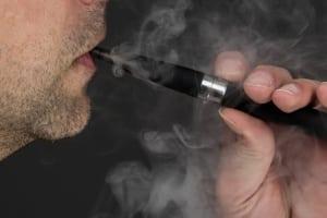 Die Vorschriften zum Nichtraucherschutz am Arbeitsplatz sind nicht auf E-Zigaretten übertragbar.