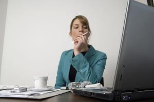 Der gesetzliche Nichtraucherschutz bezieht sich nicht auf die E-Zigarette am Arbeitsplatz, sondern nur auf den klassischen Glimmstängel.